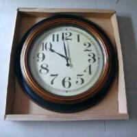 """Часы пластик """"КЛАССИКА""""настенные, цвет коричневый D 75см, циферблат D 53 см стрелки за стеклом"""